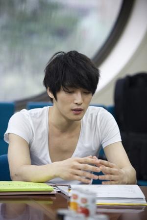 Ji Sung memperlihatkan gaya rambutnya yang mengingatkan pada karakter